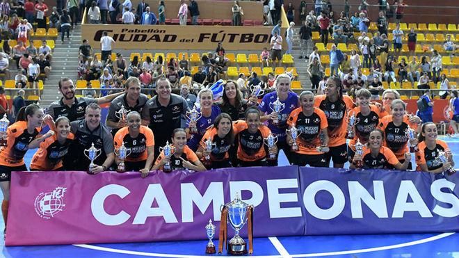El Pescados Rubén Burela, con el trofeo de campeonas de la Supercopa.