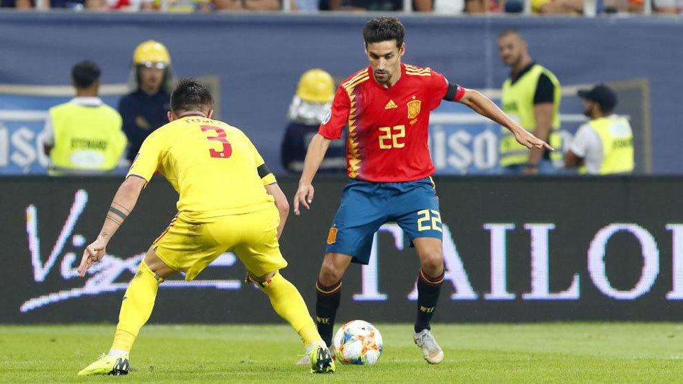 Jesús Navas encara un rival durante el partido ante Rumanía.