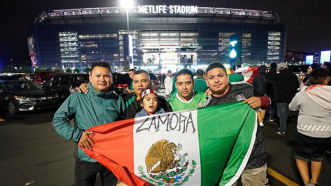Aficionados mexicanos, en las inmediaciones.