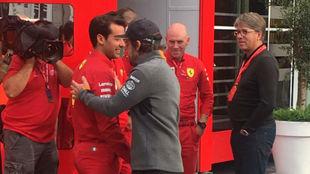 Alonso saluda a uno de los empleados de Ferrari ante el 'motorhome'...