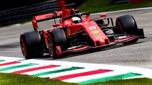 Vettel, a los mandos de su Ferrari en Monza.