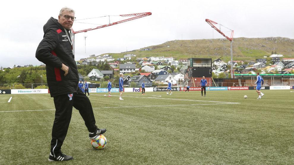 Lars Olsen, el seleccionador de las Islas Feroe, antes de un...