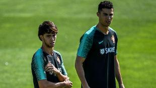 Joao Félix (19) y Cristiano Ronaldo (34).