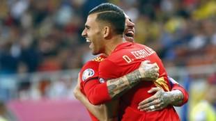 Ceballos se abraza a Sergio Ramos tras el gol del capitán ante...
