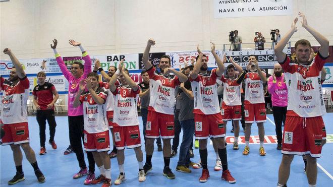 Los jugadores del Nava celebran la victoria en su debut en la Asobal /