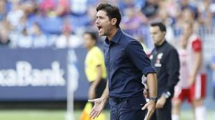Víctor Sánchez del Amo da instrucciones durante un partido