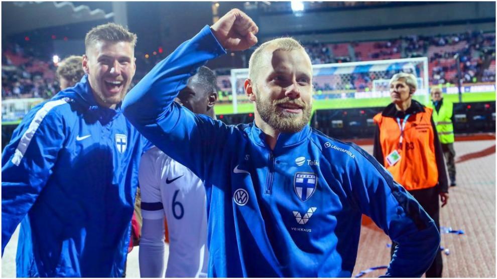 Teemu Pukki celebra la victoria contra Grecia.