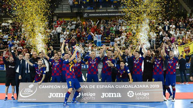 Sergio Lozano levanta el trofeo de campeones de la Supercopa.