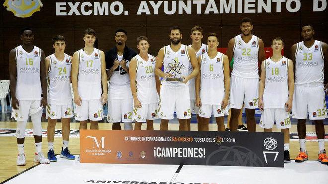Los jugadores del Real Madrid, con el trofeo de campeón