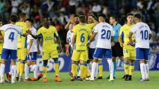 Jugadores de Tenerife y Las Palmas tras el partido