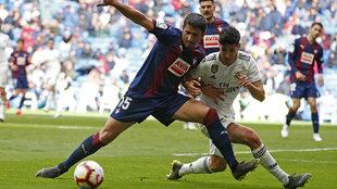 José Ángel protege un balón ante Asensio la pasada campaña.