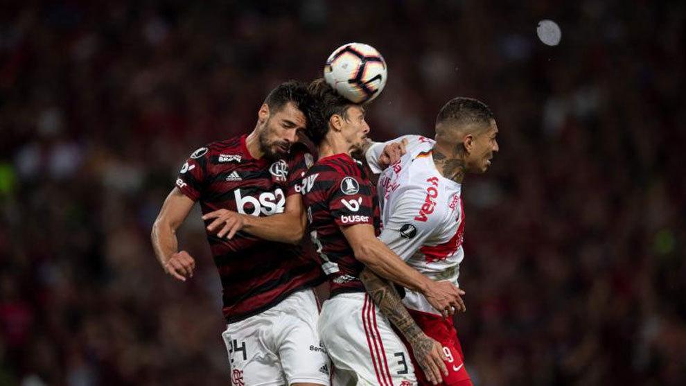 Marí disputa un balón aéreo con el Flamengo.