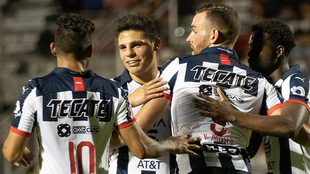 El Monterrey festejando un gol ante el León.