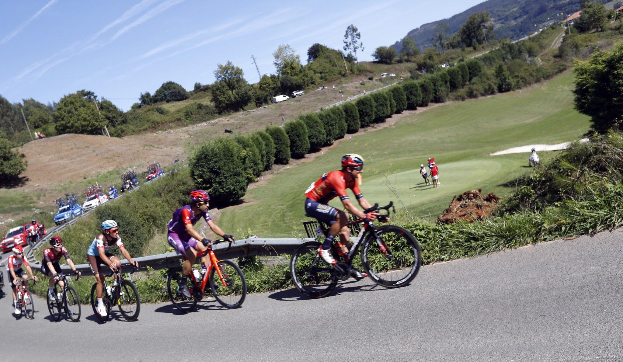 GRAF7855. MIERES, 07/09/2019.- El grupo de ciclistas escapados durante la decimocuarta etapa de la 74th <HIT>Vuelta</HIT> a España 2019, con salida en la localidad cántabra de San Vicente de la Barquera y meta en Oviedo, con un recorrido de 188 kilómetros. EFE/Javier Lizón