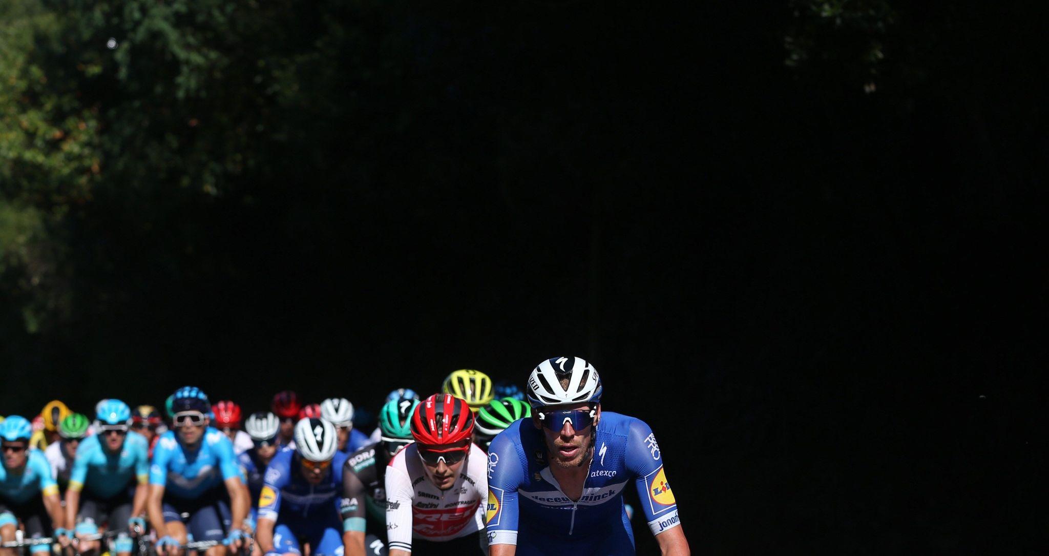 GRAF7884. GIJÓN, 07/09/2019.- El pelotón ciclista durante la decimocuarta etapa de la 74 <HIT>Vuelta</HIT> a España 2019, con salida en la localidad cántabra de San Vicente de la Barquera y meta en Oviedo, con un recorrido de 188 kilómetros. EFE/Javier Lizón