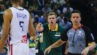 El seleccionador lituano, Dainius Adomaitis, protesta una decisión...