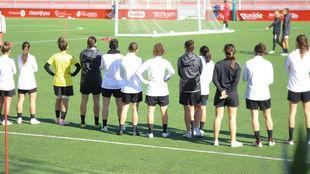 Las jugadoras del Madrid CFF en el estadio de Matapiñonera en una...