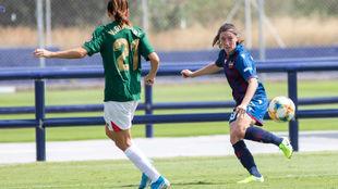 Eva Navarro controla un balón ante una zaguera del Athletic Club.