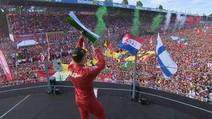 Charles Leclerc celebra su victoria en Monza.