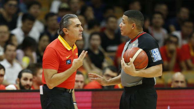 Scariolo habla con uno de los árbitros del partido.