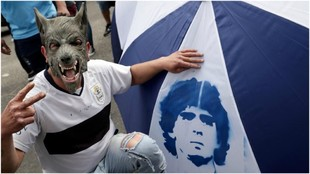 Un aficionado de Gimnasia LP celebra el fichaje de Maradona.