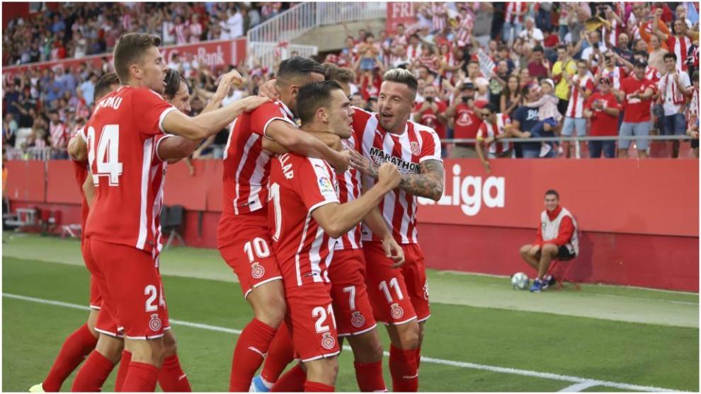 Los jugadores del Girona abrazan a Stuani tras marcar uno de sus goles
