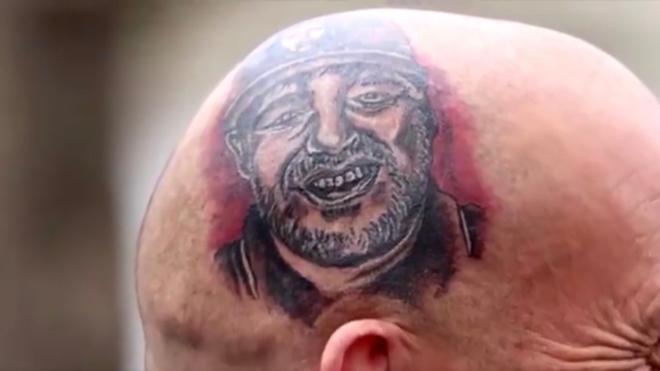 ¡Increíble tatuaje de Maradona en la cabeza de un aficionado en...