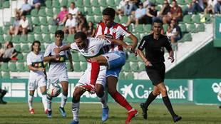 Borja Dominguez, autor del gol del empate, presiona a Qasmi
