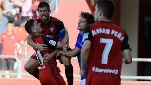 Los jugadores del Mirandés celebran el triunfo ante el Oviedo