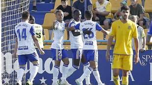 Dwamena celebra su gol en Santo Domingo junto a sus compañeros