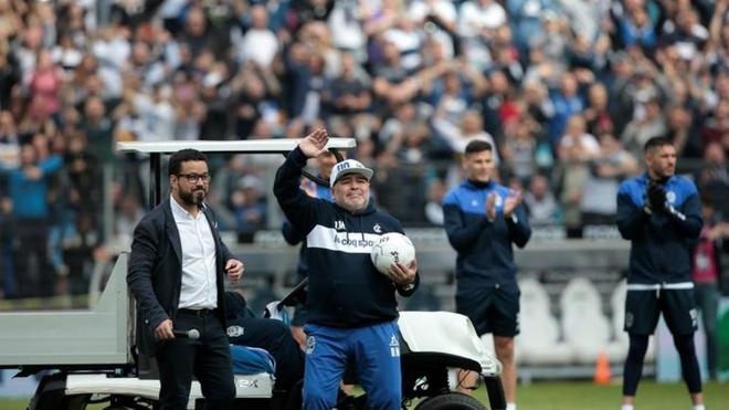 Diego Maradona dirigiendo su primer entrenamiento con el Gimnasia.