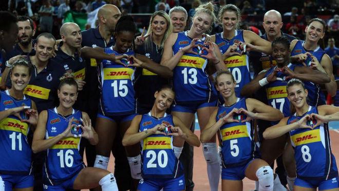 Las jugadoras serbias posan para los fotógrafos tras el título.
