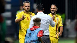 Puscas y Andone saludan a Cosmin Contra tras finalizar el partido.
