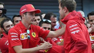 Leclerc y Vettel se dan la mano antes de la foto oficial de la...