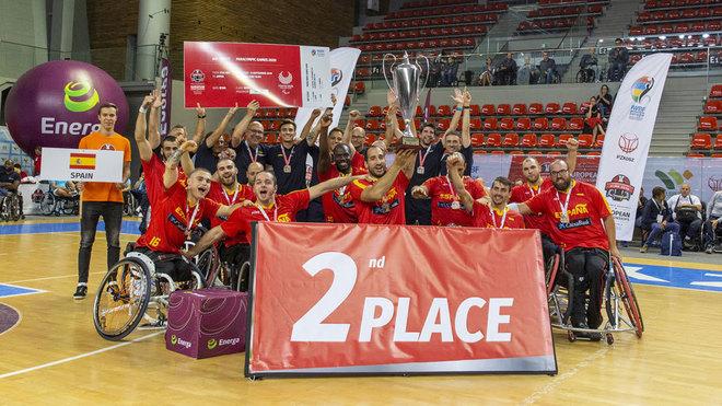 La selección española masculina celebra la plata en el Europeo.