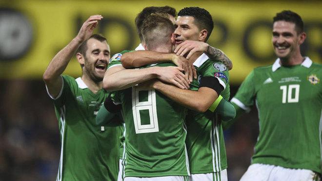 Los jugadores de Irlanda del Norte celebran uno de sus goles a...