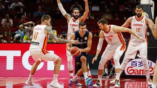 Bogdan Bogdanovic intenta soltar el balón ante la defensa española