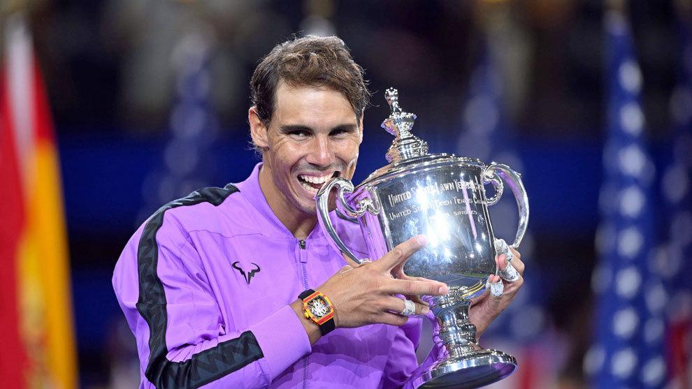 Nadal posa con el título del US Open