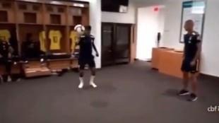 Neymar controlado el balón