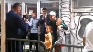 Matic fotografiando a sus hijos con Cristiano Ronaldo