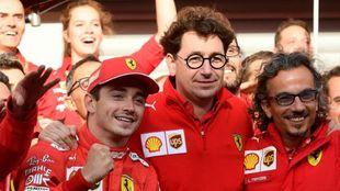 Charles Leclerc celebra la victoria con Binotto.