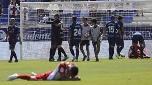 Los jugadores del Sporting se lamentan de la derrota en El Alcoraz