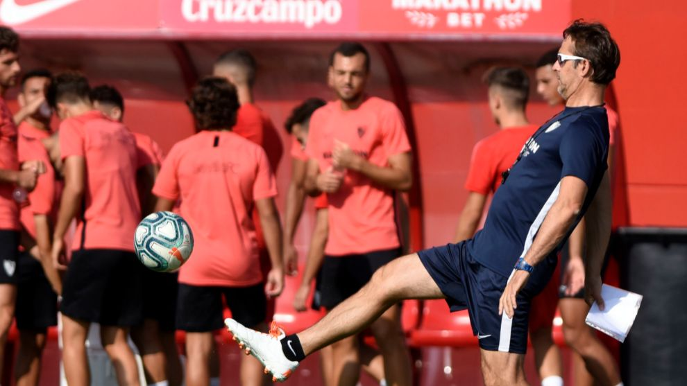 Lopetegui controls the ball during training
