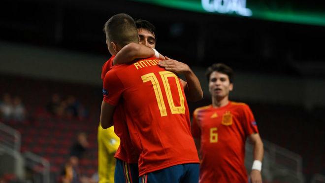 Antonio Perez y Povill celebran uno de los goles de España.