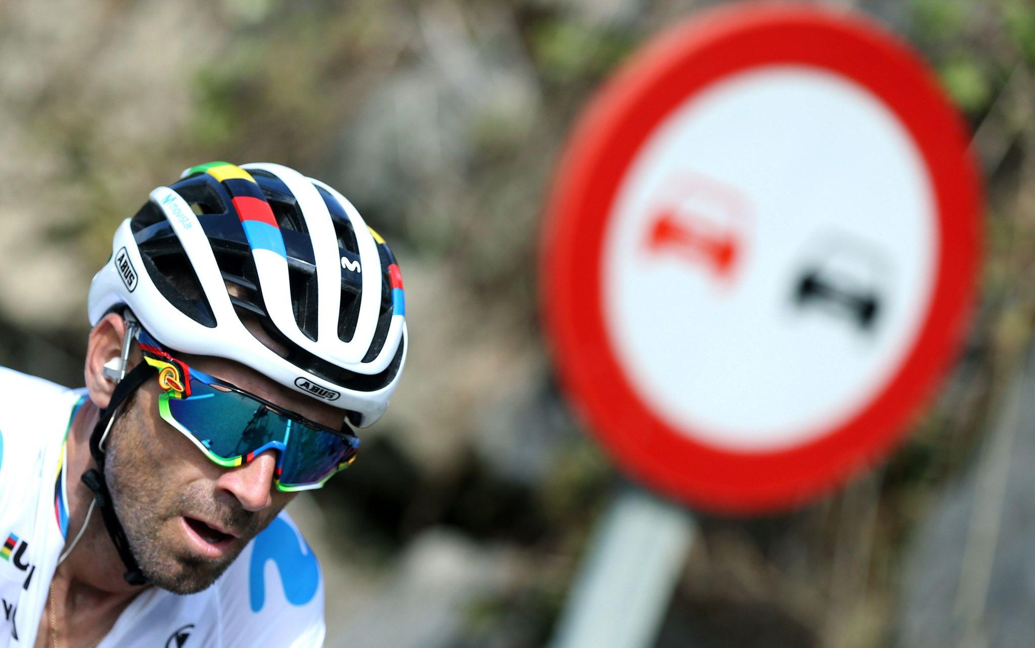 GRAF8946. PRAVIA (ASTURIAS), 09/09/2019.- El ciclista murciano del equipo Movistar y campeón del mundo, Alejandro Valverde, rueda junto al pelotón a su paso por la localidad asturiana de Pravia durante la décimo sexta etapa de la <HIT>Vuelta</HIT> a España 2019, con salida en esta localidad y meta en el Alto de la Cubilla (Lena), con un recorrido de 144,4 kilómetros. EFE/Javier Lizón