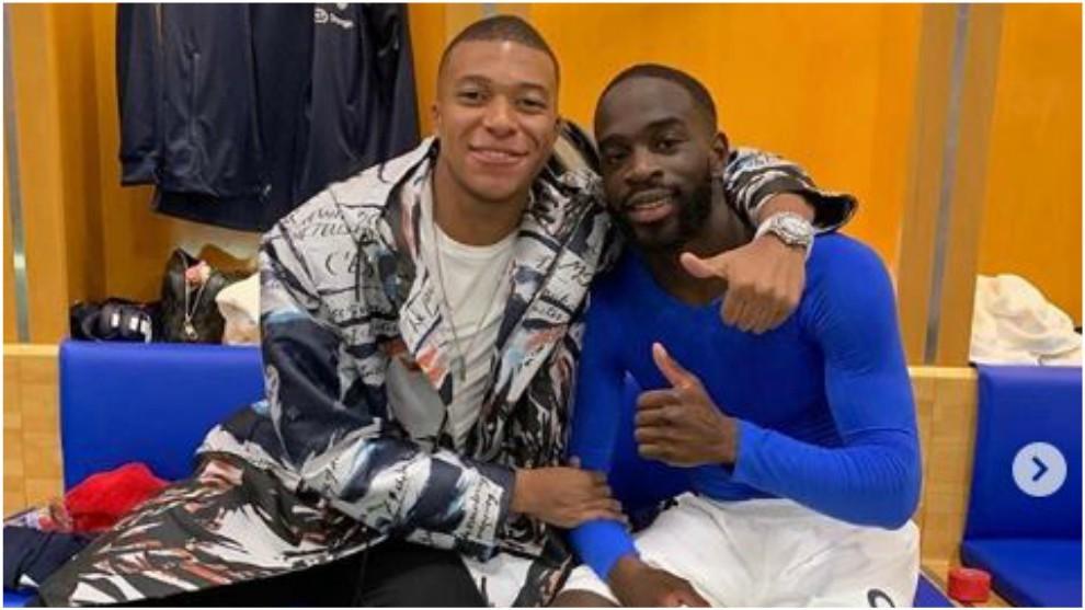Mbappé felicita a Ikoné después de su debut con Francia.