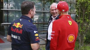 Vettel charla con Marko y Horner, durante un gran premio.