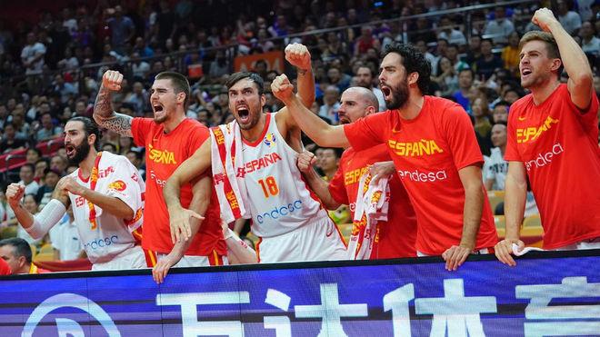 El banquillo de España celebra una acción en el partido ante Serbia.