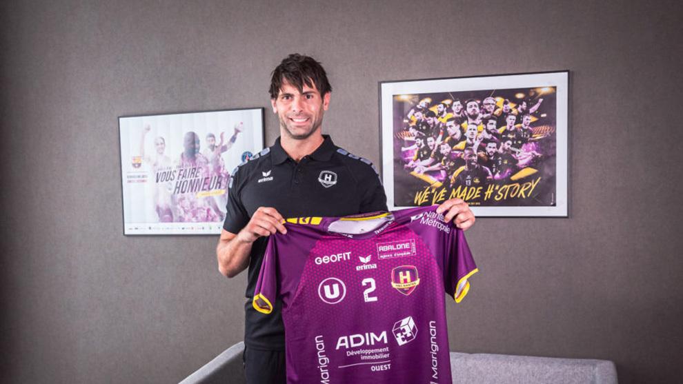 El español Antonio García posa con la camiseta del Nantes /