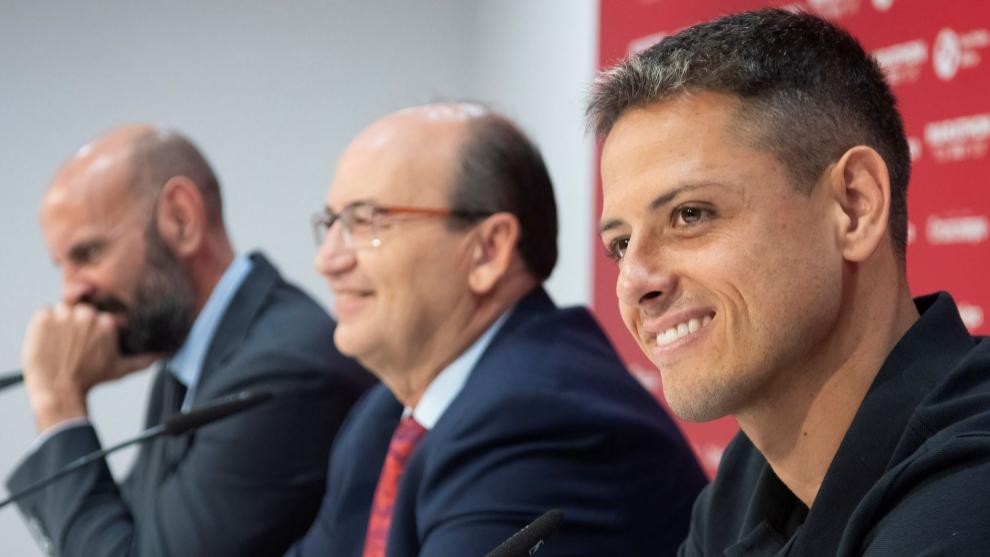 Chicharito, junto a Monchi y Castro en su presentación.